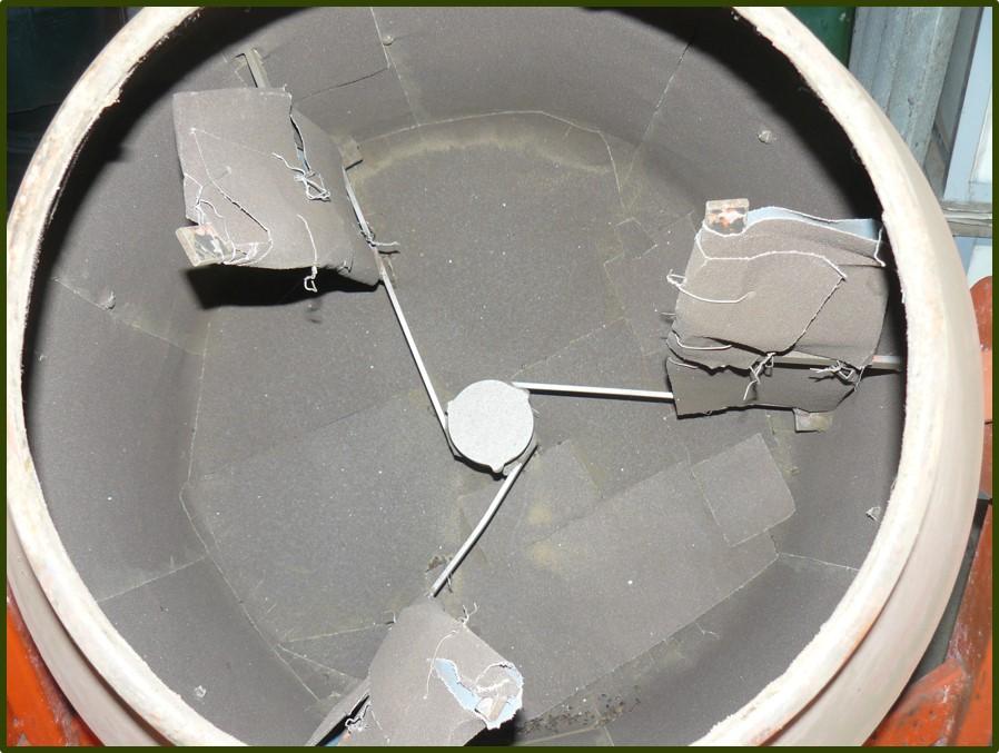 Csiszolópapírral bélelt betonkeverő, a koptatás egyszerű gépe